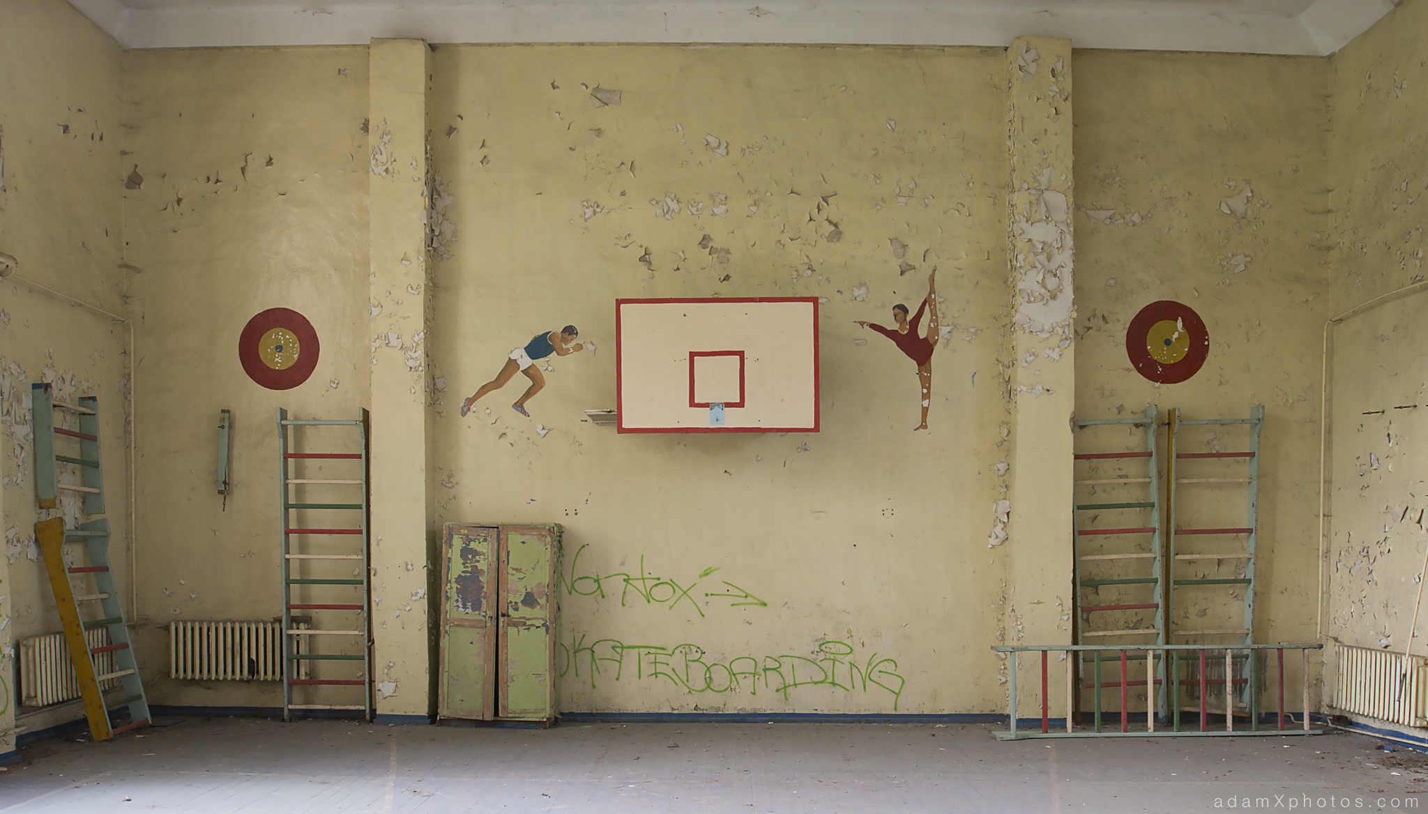 Adam X Urbex Urban Exploration Germany Juterbog School Soviet Russian Abandoned Lost Decay Basketball hoop paintings mural Gym Gymnasium