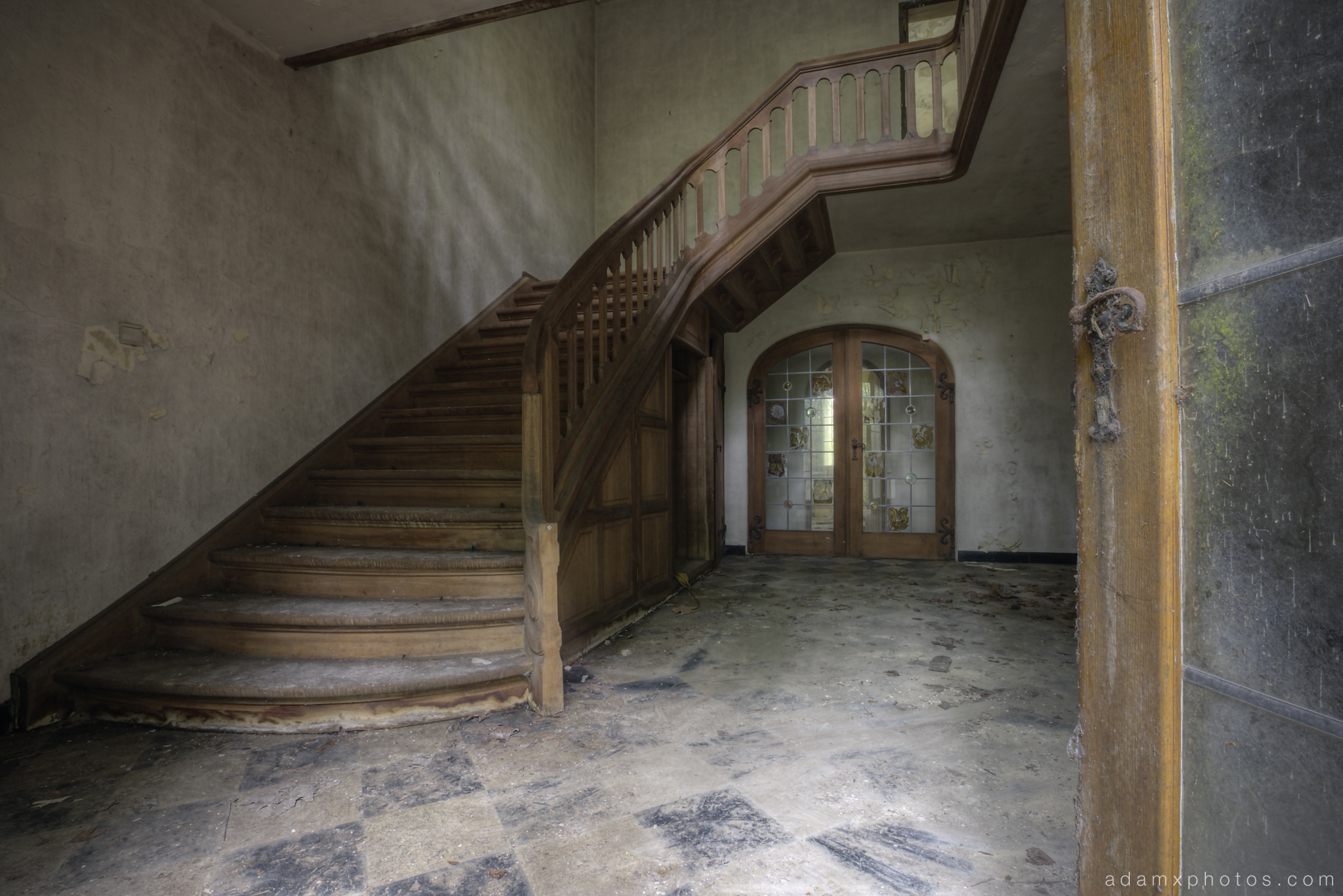 Downstairs entrance stairs staircase grand Adam X Urbex UE Urban Exploration Belgium Villa Maison SS House Townhouse abandoned derelict unused empty disused decay decayed decaying grimy grime collapsing overgrown