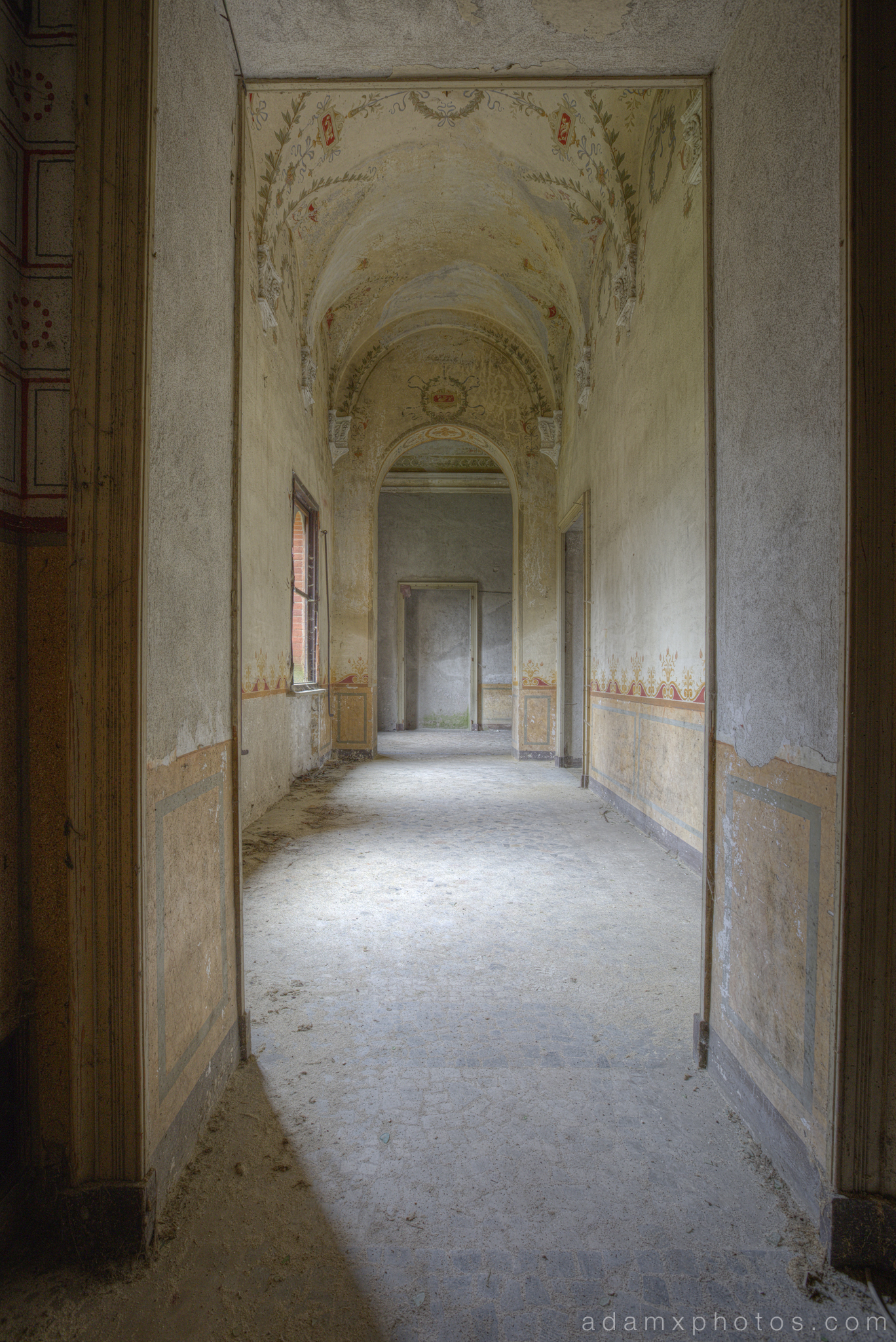 Castello di R Italy castle Urbex Adam X Urban Exploration ornate painted hallway corridor walls murals fresco frescoes detail flowers photo photos report decay detail UE abandoned derelict unused empty disused decay decayed decaying grimy grime