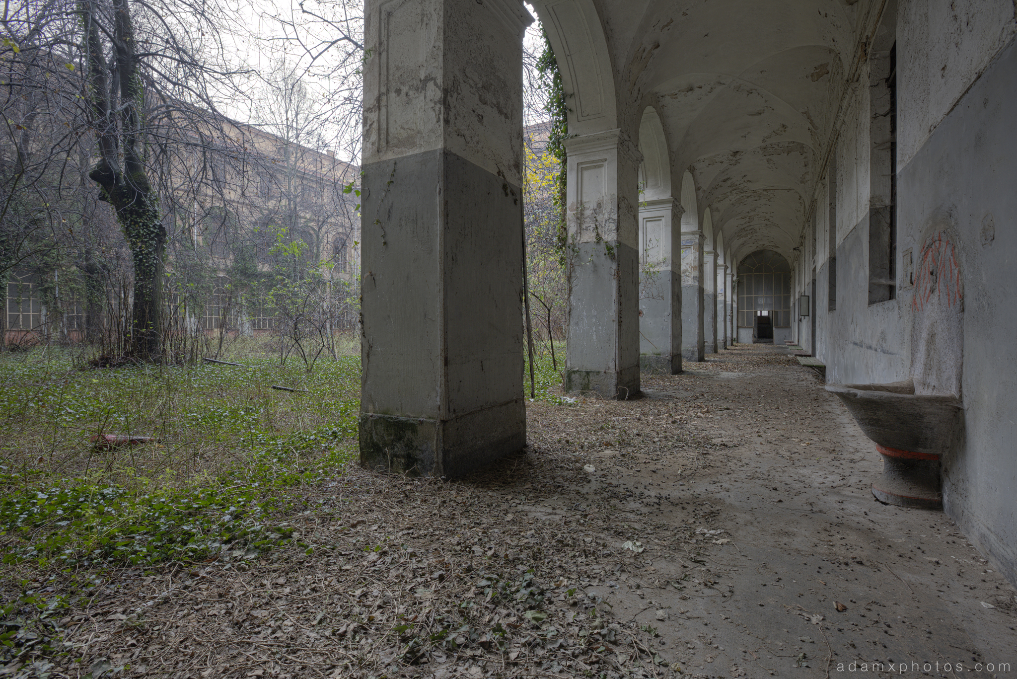 Manicomio di R Dr Rossetti Rosetti doctor Urbex Adam X Urban Exploration courtyard quad outside columns cloister cloisters overgrown trees overgrown overgrowth photo photos report decay detail UE abandoned derelict unused empty disused decay decayed decaying grimy grime